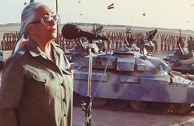 خانم مرضیه در حال کنسرت برای رزمندگان ارتش آزادیبخش ملی ایران