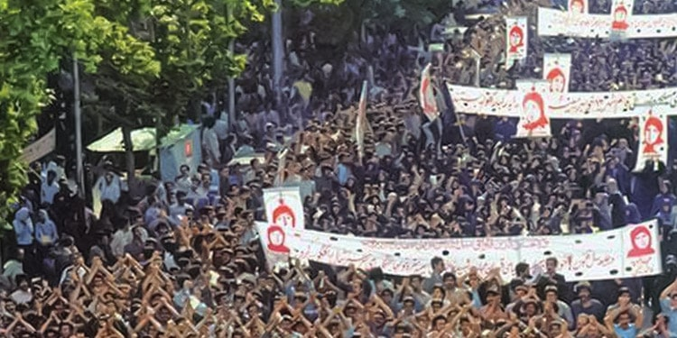 روز ۷ اردیبهشت ۱۳۶۰ انجمن مادران مسلمان، هواداران مجاهدین خلق ایران، در اعتراض به ضرب و شتم و دستگیری فرزندانشان تظاهراتی برگزار کردند.