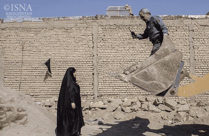 کوثر کریمی خبرنگار به خاطر گزارش تخریب خانه ها بازداشت شد