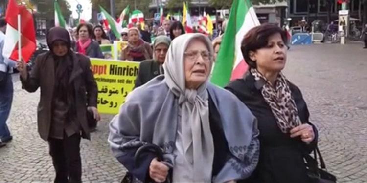 فاطمه کریمی در یک تظاهرات در آلمان
