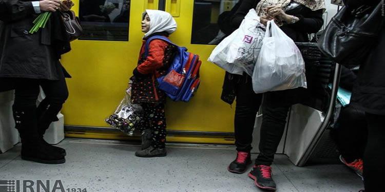 بچه هایی که با مادرشان دستفروشی می کنند