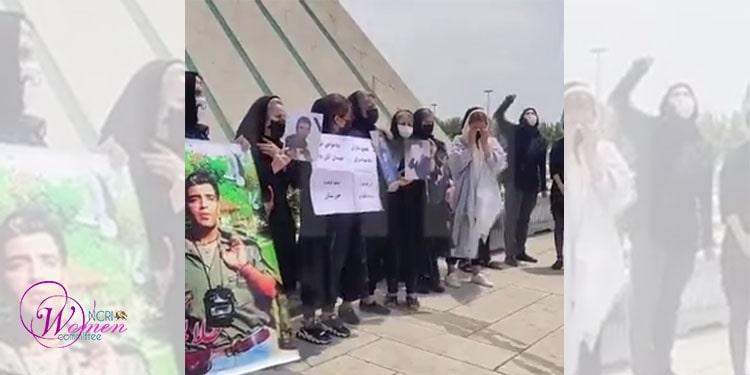 ظهر روز جمعه ۸ مرداد ۱۴۰۰ جمعی از مادران شهیدان قیام آبان ۹۸ در همبستگی با مردم خوزستان در میدان آزادی تهران تظاهرات کردند