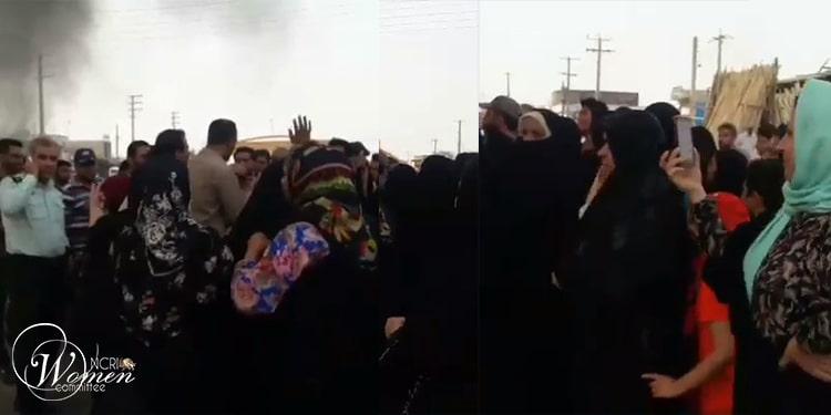 گروهی از زنان در برازجان روز پنجشنبه ۳۱تیرماه ۱۴۰۰ یک حرکت اعتراضی علیه بی آبی برپا کردند