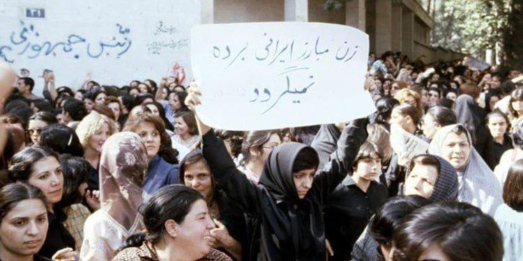 Les femmes iraniennes défient quatre décennies de dictature religieuse