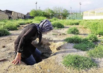 Des femmes chefs de famille dorment dans des fosses en raison de la pauvreté