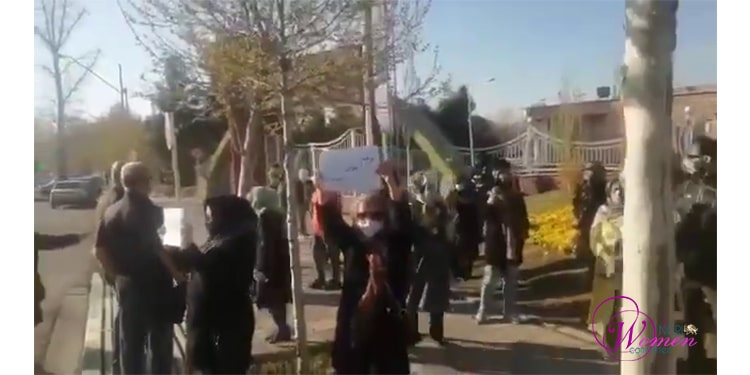 Des femmes manifestant à Karadj et à Ispahan (1ère à droite)