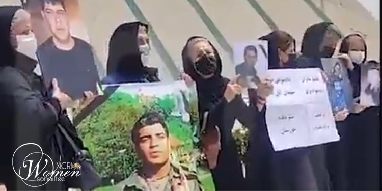 Des mères des victimes du soulèvement de novembre 2019 sur la place Azadi à Téhéran - vendredi midi, 30 juillet 2021.