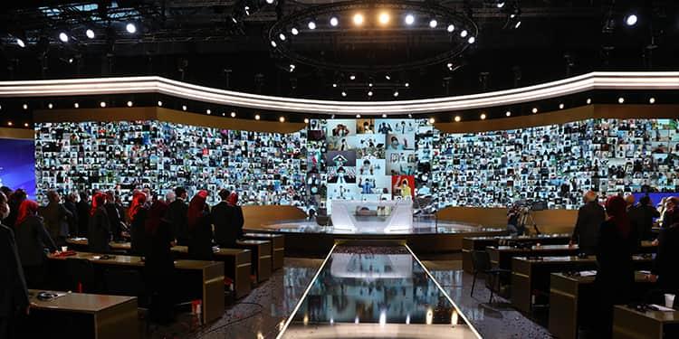 Dans l'une des salles d'Achraf-3, le public applaudit les membres des unités de résistance alors que des écrans géants diffusent leurs images.