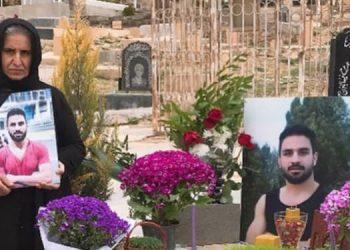 La mère de Navid Afkari près de sa tombe à Norouz
