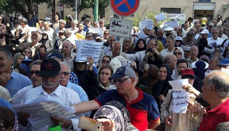 Retirees and nurses hold protests to demand their past due payments